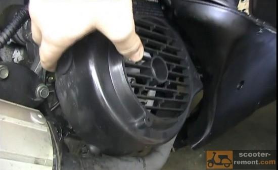 Снимаем боковой кожух двигателя