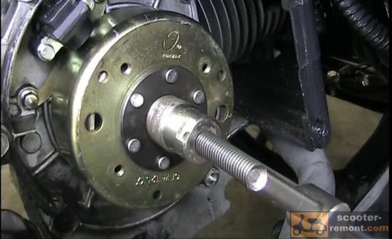 Установка съемника ротора генератора скутера