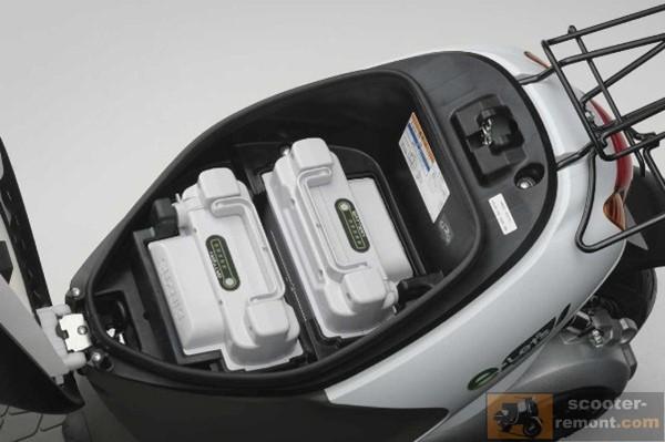 Suzuki E Lets расположение аккумуляторов