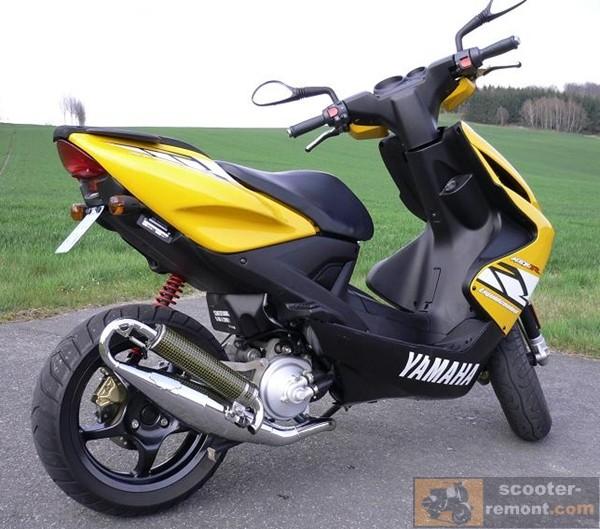 Yasuni R и скутер Yamaha Aerox