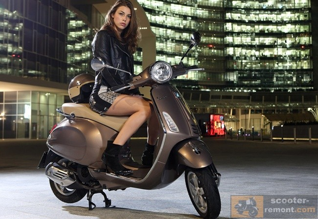Девушка на скутере Веспа Примавьера