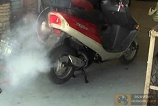 Дым из глушителя скутера