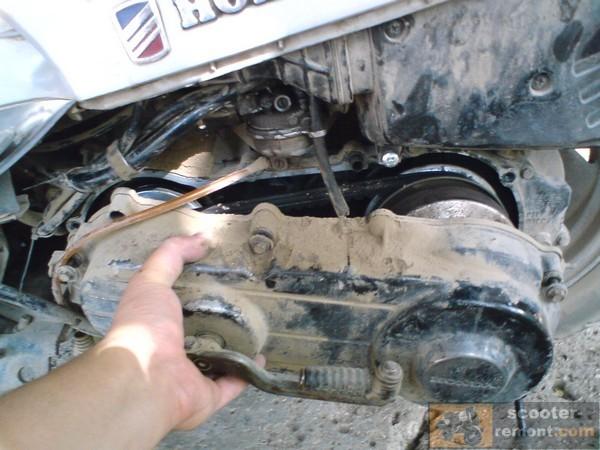Снимаем крышку вариатора Honda Lead