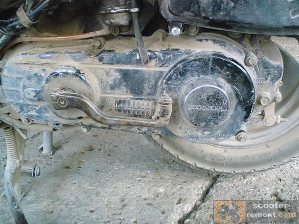 Крепление крышки вариатора скутера Honda Lead