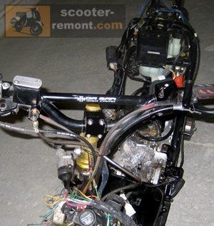 Скутер со снятым передним пластиком